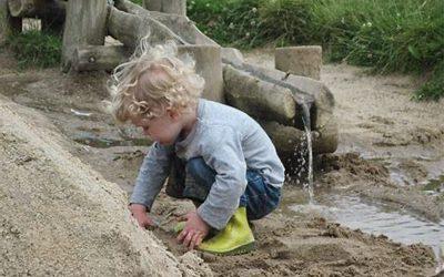 Laat het kind in en met de natuur spelen